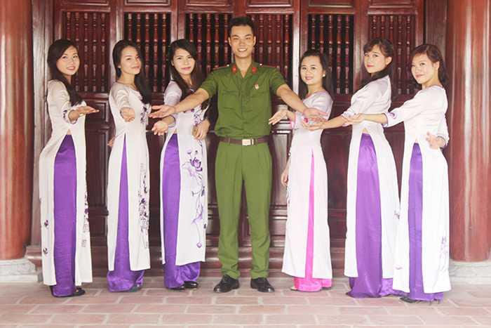 Nữ sinh cảnh sát dịu dàng trong tà áo dài truyền thống.