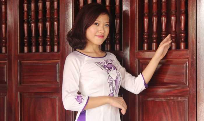 Nữ sinh cảnh sát đẹp dịu dàng trong tà áo dài truyền thống.