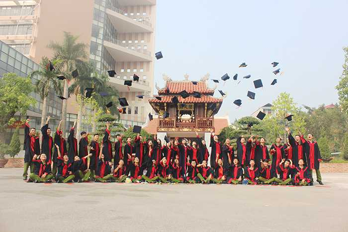Nghi thức tung mũ truyền thống trước Văn miếu của học viện.