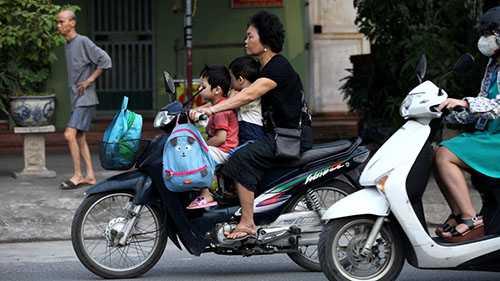 Không dễ xoay xở với 2 đứa trẻ ngồi đằng trước. Nếu xe bị phanh gấp không biết sẽ có chuyện gì xảy ra.