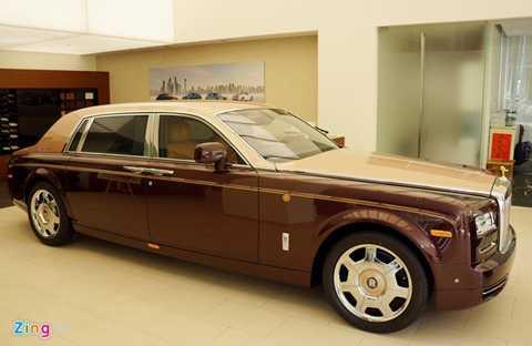 Rolls-Royce Phantom Lửa Thiêng (Sacred Fire) là chiếc đầu tiên trong bộ sưu tập Đông Sơn gồm 6 chiếc. Xe được thiết kế và chế tác thủ công theo đơn đặt hàng của một khách hàng ở Hà Nội.