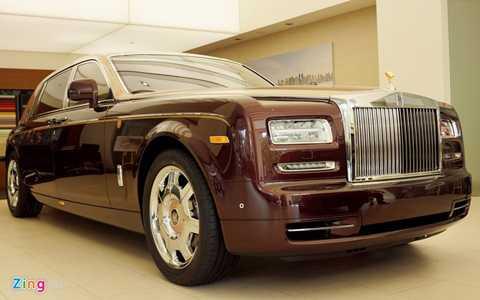 Chiếc xe siêu sang dựa trên nền tảng của mẫu Phantom Series II EWB (giá cơ sở 34 tỷ đồng). Với tính Bespoke độc đáo cộng các khoản thuế phí, Phantom Lửa Thiêng đã vượt qua phiên bản