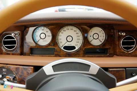 Bảng đồng hồ trước mặt người lái với vòng đệm chính giữa màu đen.