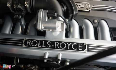 Rolls-Royce Phantom Lửa Thiêng sử dụng động cơ V12, dung tích 6.75L kết hợp hộp số tự động 8 cấp. Khối động cơ có thể sản sinh công suất tối đa 453 mã lực tại 5.350 vòng/phút, mô-men xoắn cực đại 720 Nm tại 3.500 vòng/phút. Thời gian tăng tốc 0-100 km/h trong 6,1 giây, tốc độ tối đa có thể đạt 240 km/h.