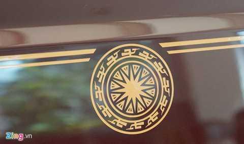 Đường kẻ chỉ đôi trên thân xe và biểu tượng trống đồng Đông Sơn do nghệ nhân của Rolls-Royce vẽ tay hoàn toàn.