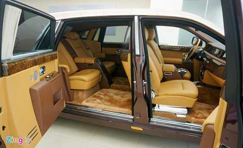 Hệ thống cửa mở ngược đặc trưng. Người ngồi trong xe còn có thể bấm và giữ nút chức năng để cửa tự động đóng lại. Đây cũng là chiếc Phantom đầu tiên ở Việt Nam có vách ngăn hàng ghế trước sau. Người ngồi sau có thể giao tiếp với lái xe thông qua nút bấm cho phép đàm thoại trên trần xe.