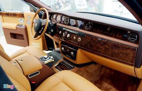 Nội thất của chiếc xe sử dụng 10 tấm da bò thuộc Bắc Âu cùng 43 tấm gỗ với lớp vơ-nia đánh bóng bằng tay.