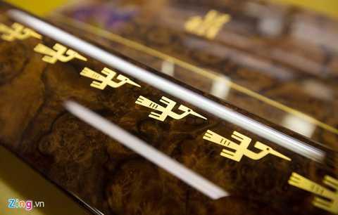 Họa tiết chim Hạc cũng được vẽ tay bên tấm gỗ ốp bên trong các cánh cửa.