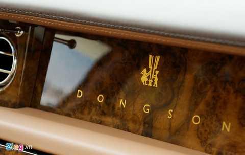 Tên bộ sưu tập Đông Sơn và họa tiết hình người trên trống đồng Đông Sơn cũng được vẽ trên bảng tap-lô.