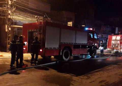 Khoảng 10 xe cứu hỏa được huy động tới hiện trường dập lửa.