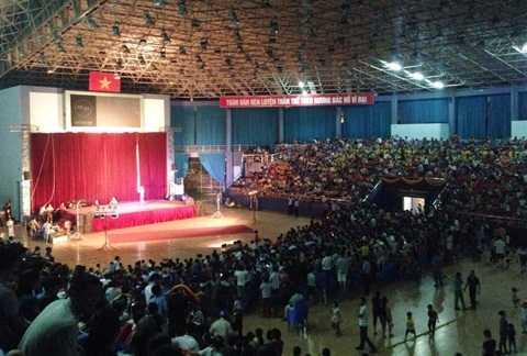 Hàng ngàn khán giả theo dõi chương trình bên sân khấu sơ sài bên trong Nhà thi đấu tỉnh Vĩnh Phúc