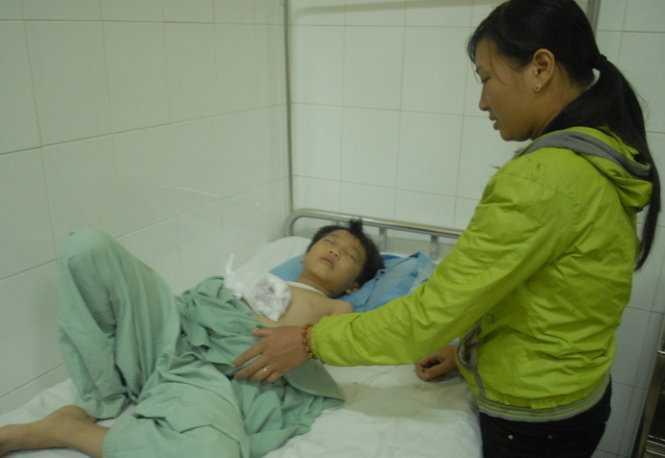 Em Hoàng Minh Nhật tại Bệnh viện Đa khoa Lâm Đồng - Ảnh: Thạch Thảo