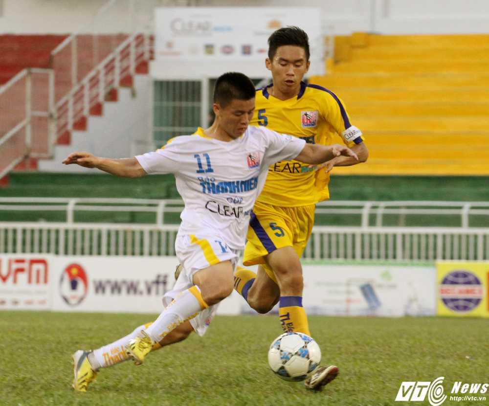U21 Hà Nội T&T (áo trắng) là đội tận dụng cơ hội ghi bàn tốt hơn U21 S.Khánh Hòa trong trận đấu (Ảnh: Hoàng Tùng)