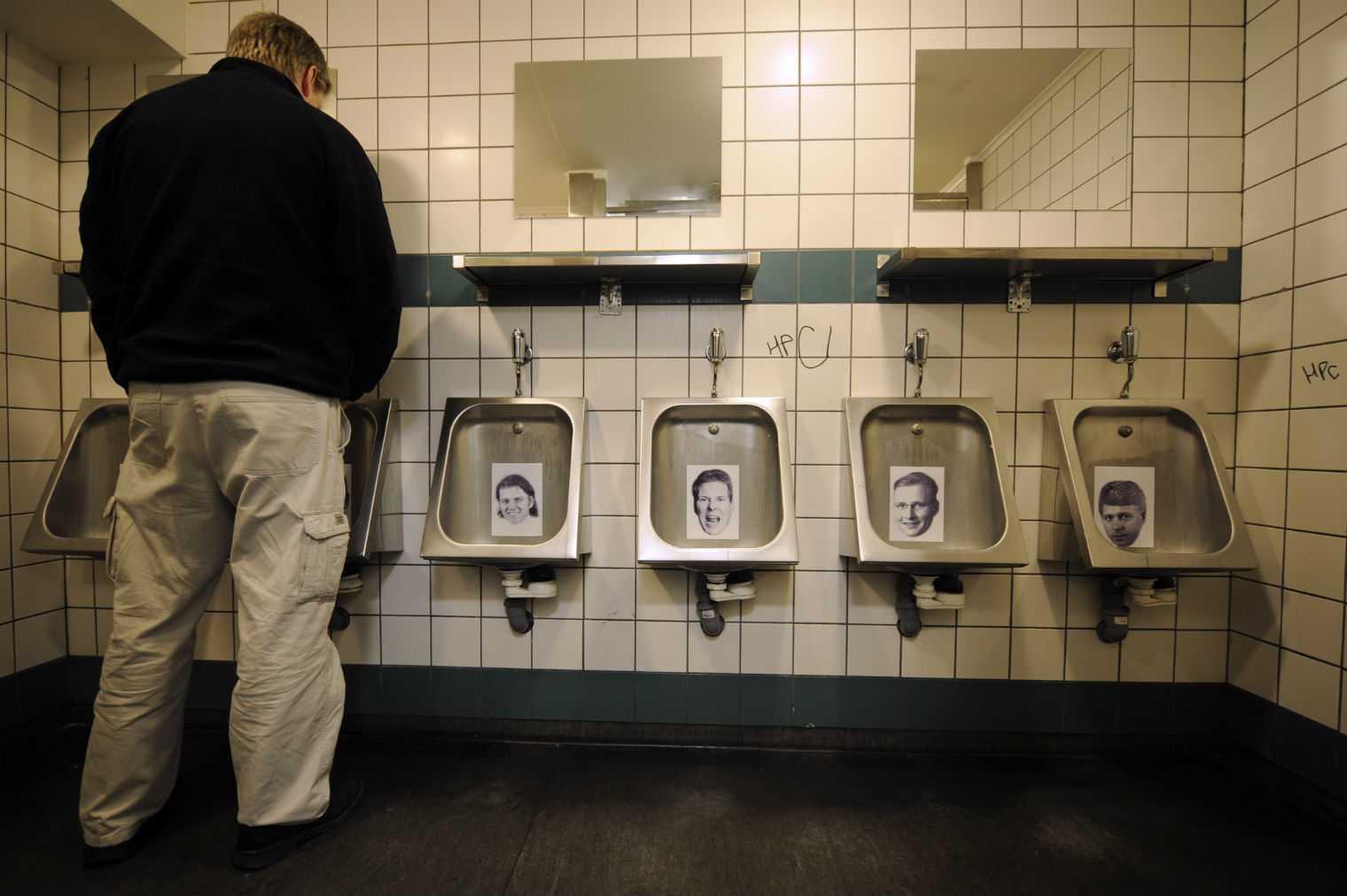 Các chủ ngân hàng có vai trò trong cuộc khủng hoảng tài chính 2008 bị dán ảnh trong bồn cầu ở các nhà vệ sinh công cộng tại Iceland.