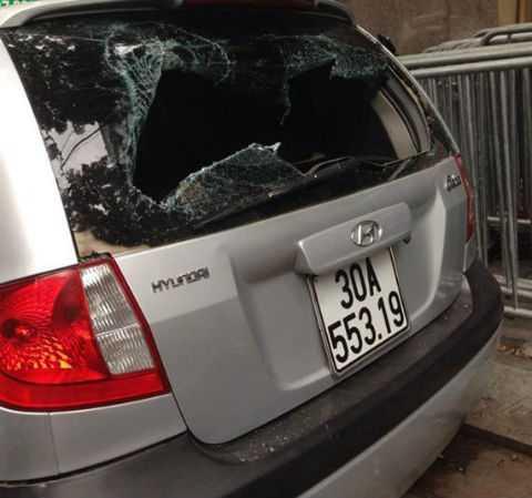 Chiếc taxi bị người dân đập vỡ kính.
