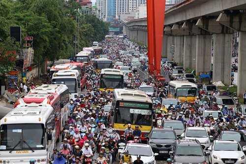 Tuyến đường Nguyễn Trãi thường xuyên ùn tắc do thi công đường sắt trên cao. Ảnh: Bá Đô