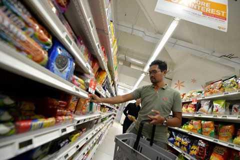 Anh Achmad Sobirin Suhaimi, 31 tuổi đang đi lựa đồ ở siêu thị