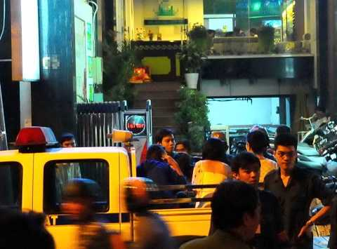 Cơ quan chức năng kiểm tra hành chính một nhà hàng karaoke có dấu hiệu vi phạm trên đường Phạm Viết Chánh, Q.1, TP.HCM - Ảnh: T.T.D.