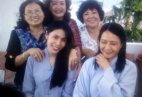 Thủy Tiên ấm áp bên Mẹ cùng những người dì trong gia đình.