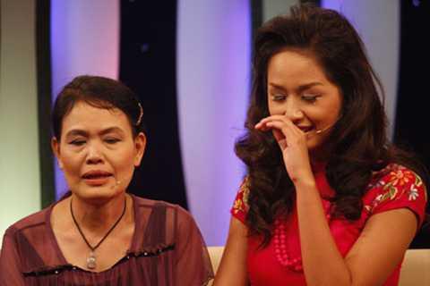 Hoa hậu Việt Nam 2006 Mai Phương Thúy xúc động khi nghe Mẹ nhắc lại những kỷ niệm tuổi thơ.