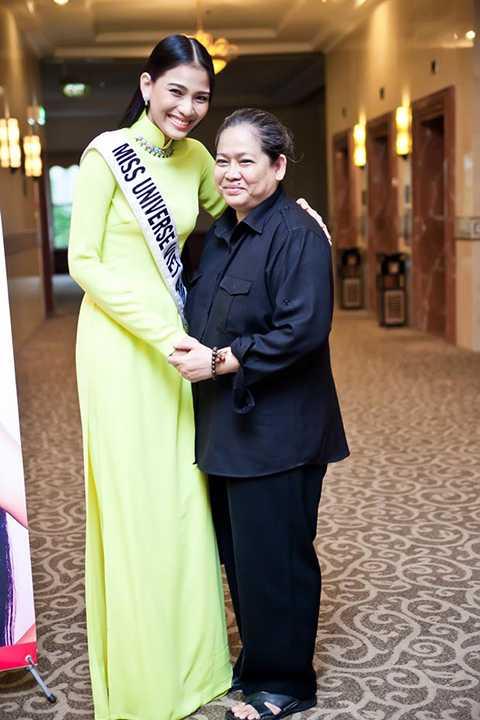 Dù con gái đã thành danh nhưng Mẹ Trương Thị May vẫn giữ sự giản dị trong cách ăn mặc.