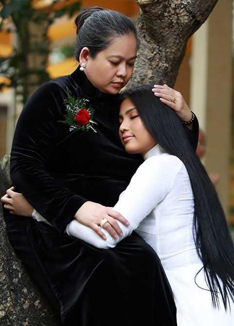 Hoa hậu các dân tộc Việt Nam 2007 Trương Thị May hạnh phúc bên Mẹ.