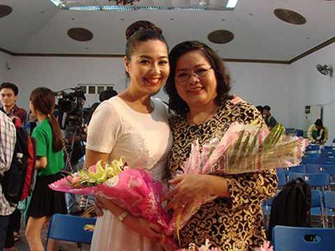 Lê Khánh rạng rỡ khi xuất hiện cùng Mẹ trong một buổi giao lưu gần đây.
