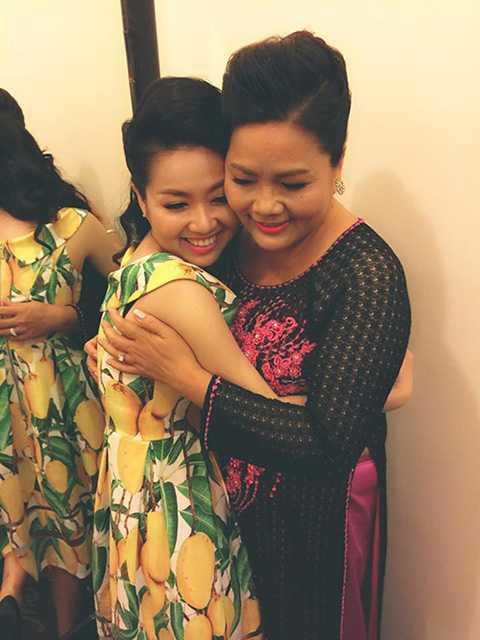 Cô hạnh phúc bên vòng tay yêu thương của Mẹ trong ngày cưới của mình.