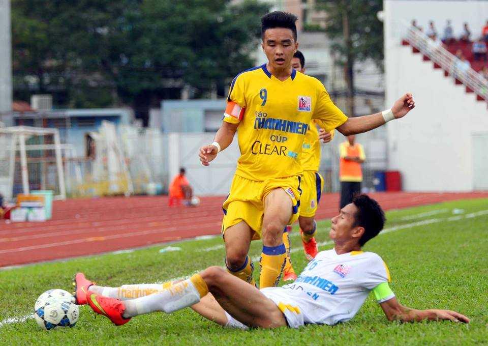 U21 S.Khánh Hòa (áo vàng) nhận thất bại trước U21 Hà Nội T&T (Ảnh: Quang Minh)