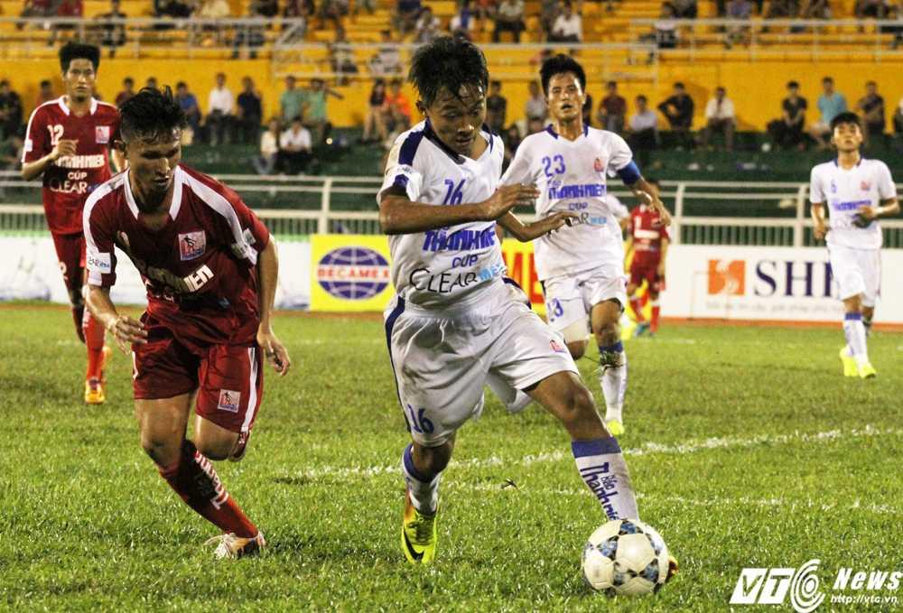 U21 An Giang (áo trắng) luôn thi đấu đầy tính cống hiến