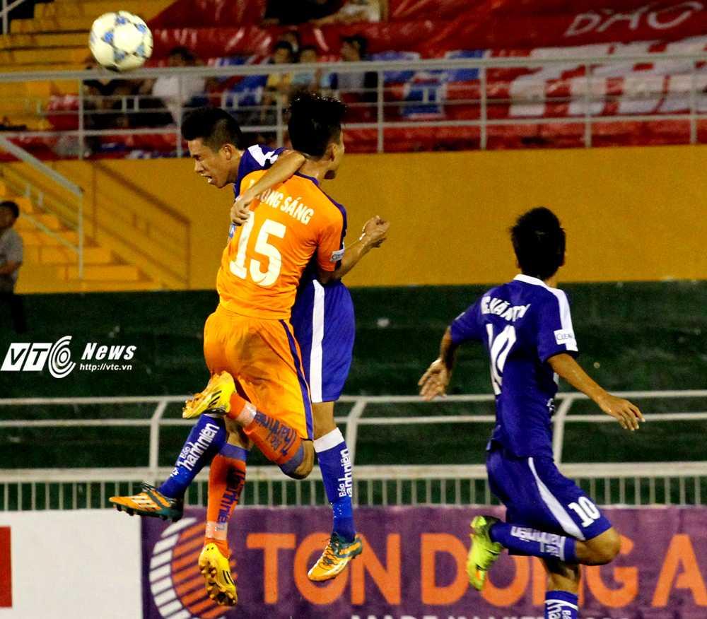 U21 SHB.Đà Nẵng (áo cam) không thể xuyên thủng được hàng thủ của U21 Bình Định (Ảnh: Hoàng Tùng)