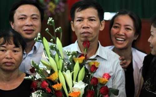 Ông Nguyễn Thanh Chấn (giữa) được Nhà nước bồi thường 7,2 tỷ đồng vì bị làm oan, sai - Ảnh: VOV