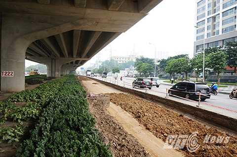 Tại nhiều đoạn đường trên trục Khuất Duy Tiến, Phạm Hùng…  Sở Giao thông Vận tải Hà Nội phối hợp một số đơn vị tổ chức xén thảm cỏ dưới gầm cầu cạn để mở rộng đường.