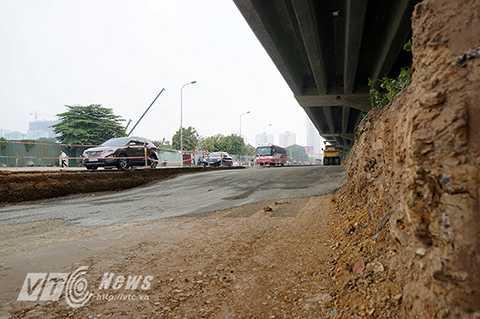 Tại đường Khuất Duy Tiến, đoạn giao với đại lộ Thăng Long, phần thảm cỏ đang được cắt xén, mở rộng thêm diện tích mặt đường mỗi bên khoảng gần 5m và kéo dài hàng trăm mét dọc theo đường vành đai 3 trên cao.