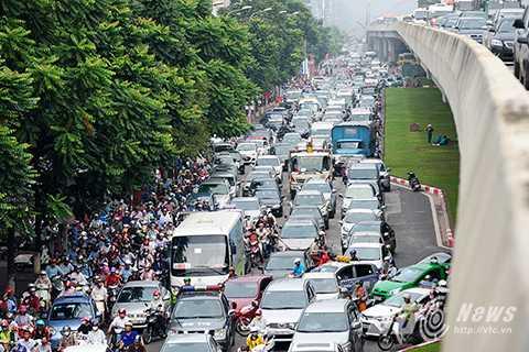 Trước đó, tình trạng ùn tắc giao thông dọc tuyến đường Khuất Duy Tiến, đường cao tốc trên cao thường xuyên diễn ra, cao điểm vào ngày 8/10, tuyến đường này đã bị ùn tắc tới 4 giờ đồng hồ.