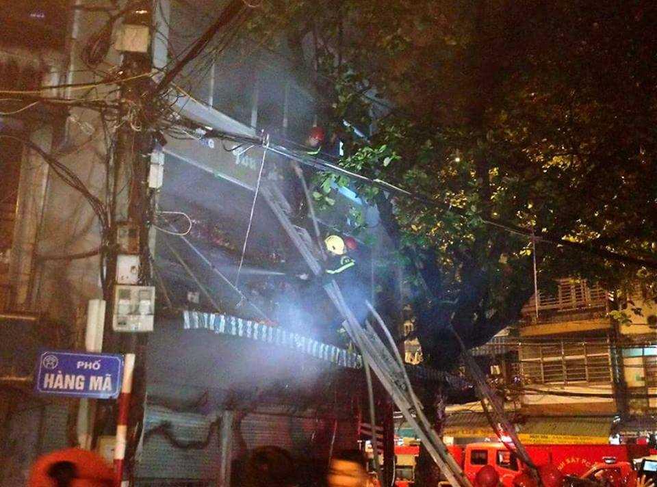 Lực lượng cứu hỏa đang nỗ lực dập tắt đám cháy.