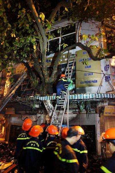 Lực lượng cứu hỏa dùng thang tiếp cận đám cháy