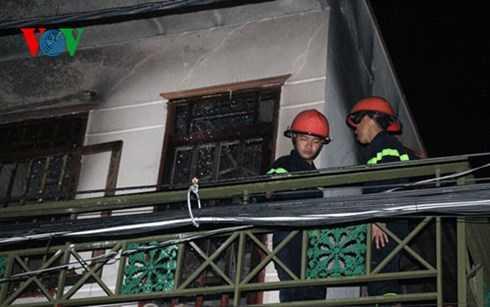 Ngọn lửa được khống chế để không bị lây lan sang bên cạnh.