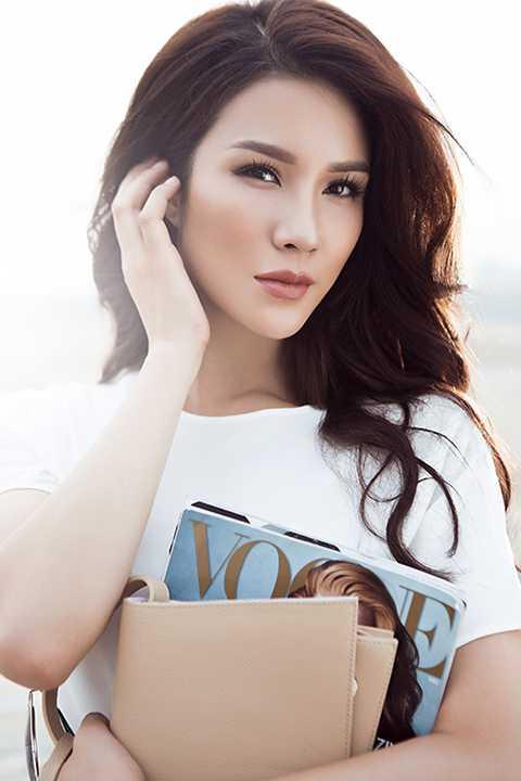 Lần này Diệp Lâm Anh đã chọn concept màu trắng cho bộ sưu tập trang phục dạo phố cùa mình, với phong cách trend và khá ấn tượng. Cô đón xu hướng Thu Đông với tone trắng ngần, khoe vẻ đẹp tinh khôi.