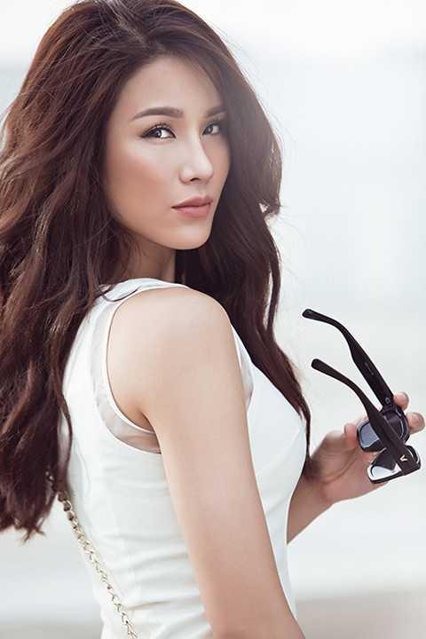 Nữ diễn viên đã chọn tone make up nâu nhạt và trầm, không rực rỡ cùng kiểu tóc phá cách nhằm tôn lên màu da khỏe khoắn.