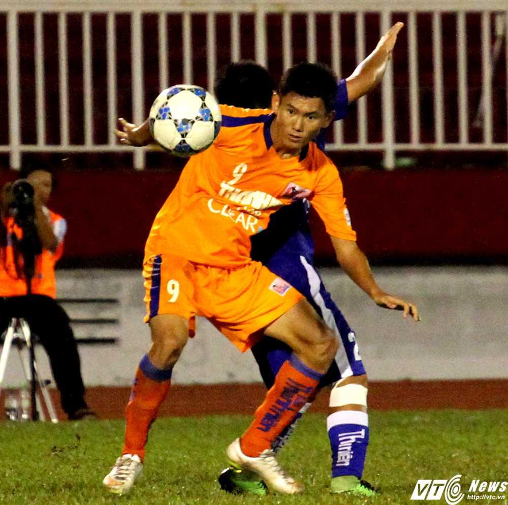 Cựu tuyển thủ U19 VN - Phan Văn Long không có phong độ tốt do mới bình phục chấn thương háng (Ảnh: Hoàng Tùng)