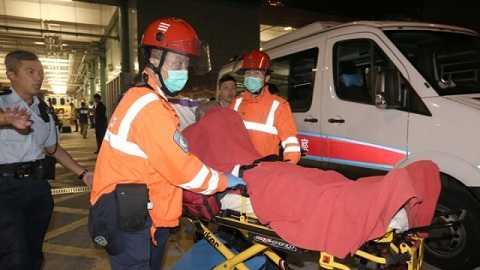 Hành khách bị thương được đưa đi cấp cứu