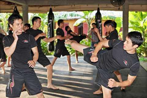 Johnny Trí Nguyễn và các học trò tại võ đường của mình.
