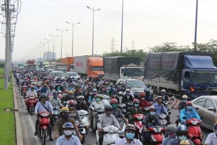 Hàng ngàn phương tiện chôn chân trên xa lộ Hà Nội.