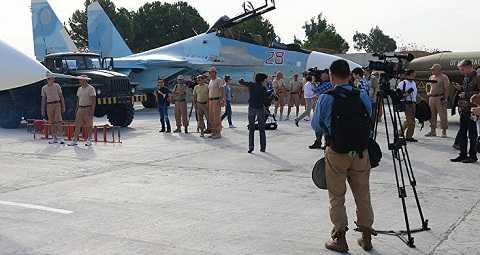 Các phóng viên nước ngoài có mặt tại căn cứ không quân Nga tại Syria