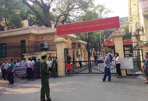 Khu vực cổng tòa được bảo vệ nghiêm ngặt trước phiên xử (Ảnh: MC)