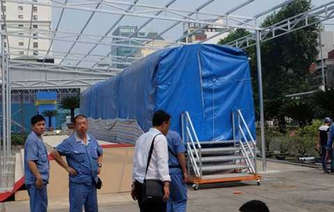 Đoàn tàu mẫu tuyến đường sắt Cát Linh - Hà Đông đang được lắp đặt để trưng bày tại Trung tâm Triển lãm Giảng Võ