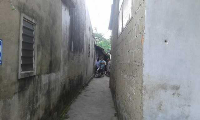 Ngôi nhà của anh Chung nằm trong con hẻm nhỏ, khiến lực lượng chức năng tiếp cận rất khó khăn - Ảnh: Lam Khang