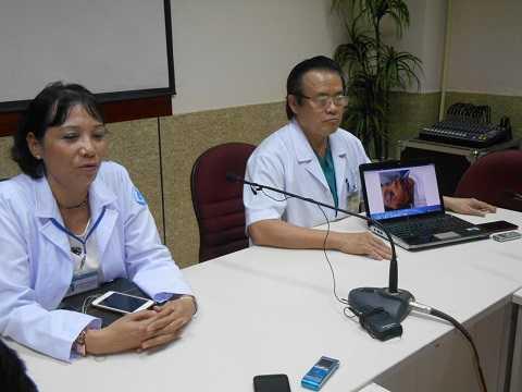 Bác sĩ Hằng (trái) và bác sĩ Đẩu tại cuộc họp báo. Ảnh: Phi Long