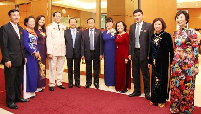 Bộ trưởng Bộ Công an Trần Đại Quang cùng với các đại biểu Quốc hội bên lề kỳ họp thứ 10